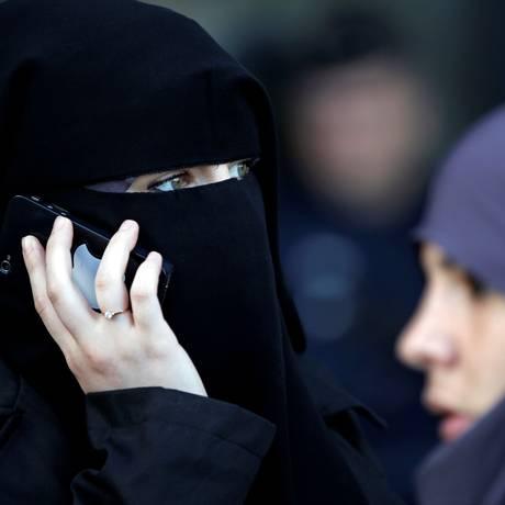 Uma mulher, usando um niqab, no leste de Paris Foto: Charles Platiau / REUTERS