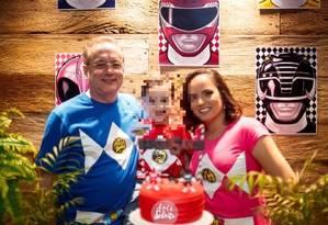 Nelson, a mulher Luciana e o filho do casal Foto: Facebook / Reprodução