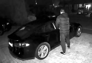 O Tesla Model S foi roubado por volta das 2h de domingo. Ação foi flagrada por câmeras de segurança Foto: Reprodução/YouTube