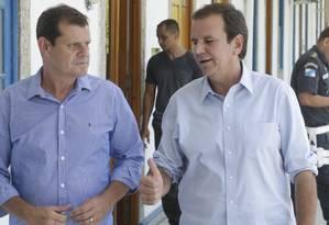 Candidato Eduardo Paes visita guartel general da PM, ao lado do Coronel Fernando Salema (PSL) eleito deputado estadual Foto: Antonio Scorza / Agência O Globo