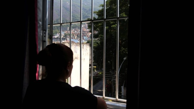 Reclusão e isolamento são sintomas comuns após experiências de violência Foto: Fabiano Rocha / Agência O Globo