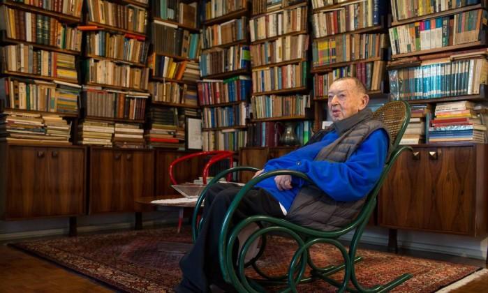 Jacó Guinsburg (1921-21/10/2018) recebeu ÉPOCA em seu apartamento em São Paulo, em agosto de 2018 Foto: Edilson Dantas / Agência O Globo