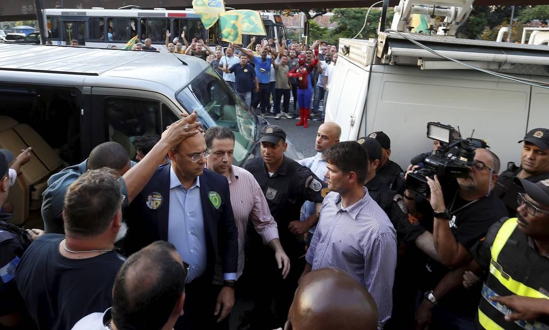 Wilson Witzel precisou ser escoltado para sair de van na chegada ao SBT Foto: Marcelo Theobald / Agência O Globo