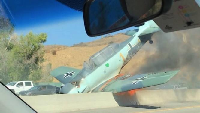 Carro passa por avião caído em estrada da Califórnia Foto: Reprodução do Twitter