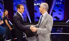 Candidatos a governador de São Paulo Márcio França (PSB) e João Doria (PSDB) se cumprimentam no palco do debate Foto: Gabriel Cardoso / SBT