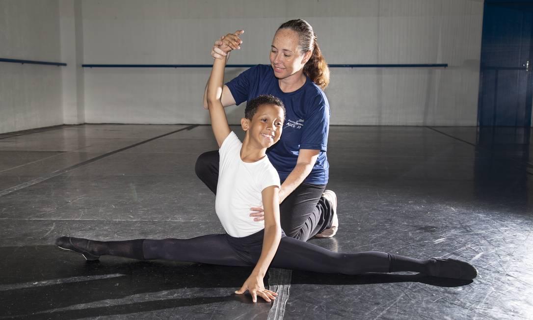 Bernardo durante aula na escola de dança Foto: Marcos Ramos / Agência O Globo