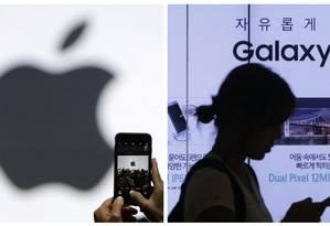 Apple e Samsung foram multadas por desacelerarem seus celulares intencionalmente Foto: Marcio Jose Sanchez, AFP / Ahn Young-joon. AP
