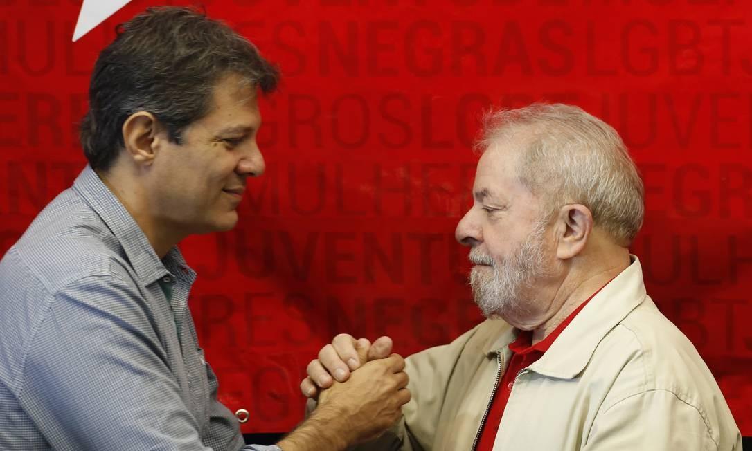 O ex-presidente Lula cumprimenta Haddad, durante evento na Assembleia Legislativa de São Paulo Foto: Edilson Dantas / Agência O Globo (10/06/2017)