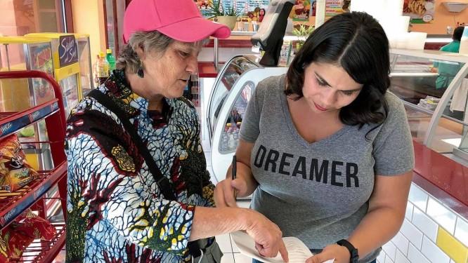 Kit Miller (de boné) se mudou para Reno, em Nevada, com o objetivo de convencer hispânicos e indígenas a se registrarem para votar nas eleições de novembro, que renovarão o Congresso americano Foto: Arquivo pessoal