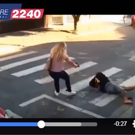 A policial Kátia Sastre utilizou na campanha repetidas vezes a cena pela qual ficou conhecida: quando mata um assaltante diante da escola da filha Foto: Reprodução