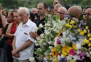 Nelson Weinstein, de 82 anos, no enterro do filho, em Sulacap Foto: Fabiano Rocha / Extra