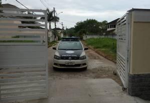 Um carro da Polícia Civil deixa o condomínio onde mora o delegado Foto: Geraldo Ribeiro / Agência O Globo