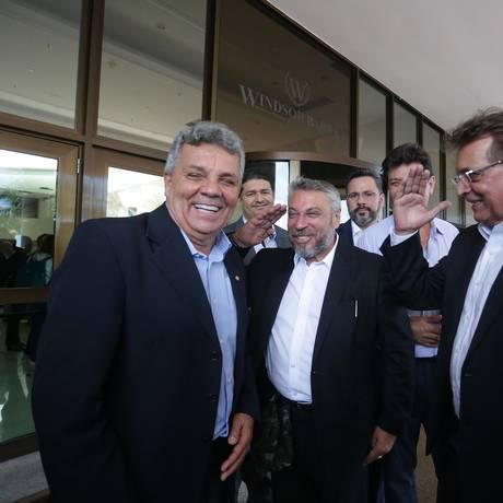 O deputado federal Alberto Fraga (à esquerda), após visitar Jair Bolsonaro Foto: Marcio Alves/Agência O Globo/21-10-2018