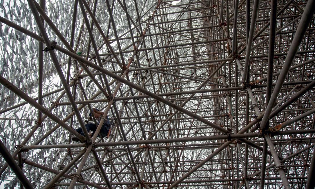 A montagem do arranha-céu natalino levou 45 dias para ficar pronta Foto: Brenno Carvalho / Agência O Globo