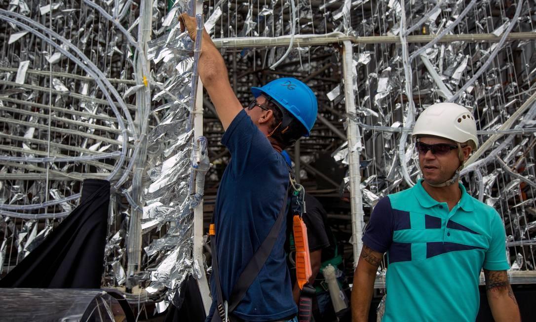 O corpo da estrutura foi envolvido com mangueiras luminosas, fitas metaloides e moving lights. Foto: Brenno Carvalho / Agência O Globo