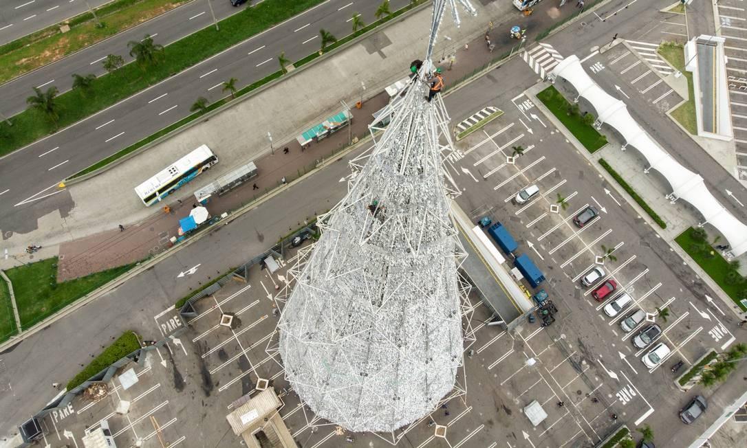 A Barra da Tijuca ganha neste sábado, 27/10, uma árvore de 65 metros de altura no BarraShopping Foto: Brenno Carvalho / Agência O Globo