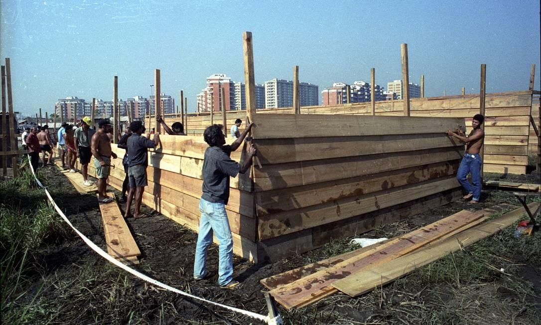 Em foto de 1991, operários constroem casas em área invadida de Rio das Pedras Foto: Carlos Carvalho em 12/04/1991 / Agência O Globo