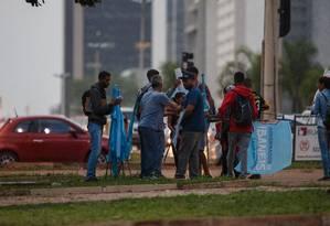 Militantes do candidado ao governo do MDB, Ibaneis Rocha, em uma das avenidas centrais de Brasília Foto: Daniel Marenco / Agência O Globo
