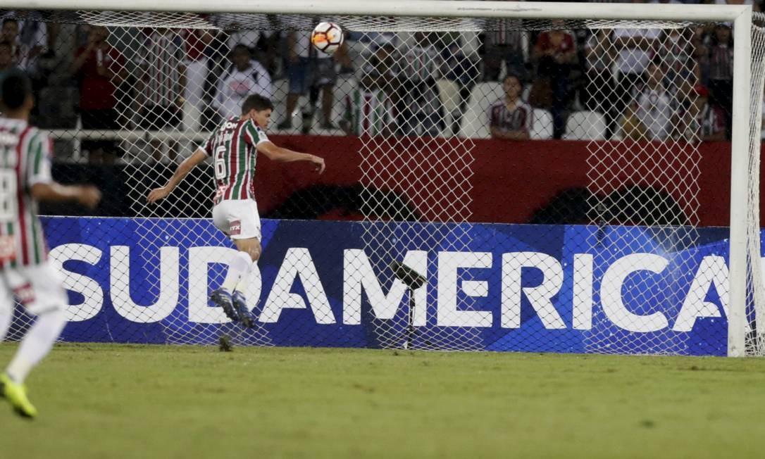 Ayrton Lucas tira a bola de cabeça, evitando o gol do Nacional Foto: MARCELO THEOBALD / Agência O Globo