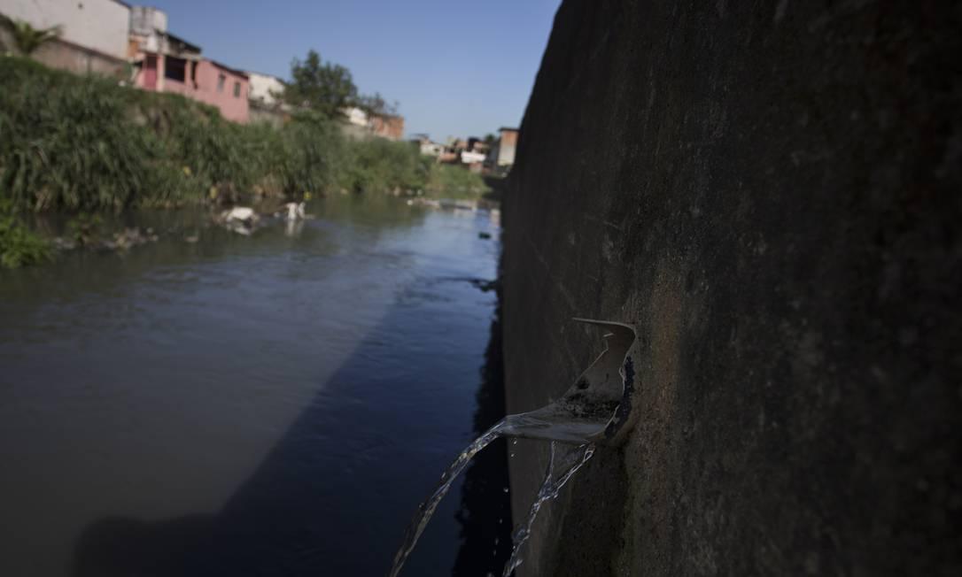 Marcha lenta. Rio Pavuna, na região metropolitana do Rio, sofre com poluição: indicadores de saneamento estão praticamente estagnados no país. Menos da metade do esgoto produzido é tratado Foto: Márcia Foletto / Agência O Globo