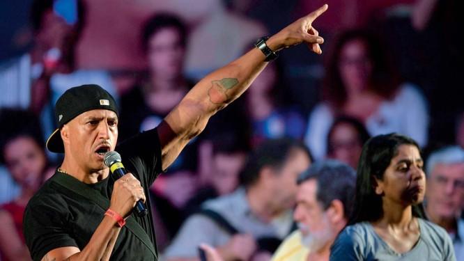 O cantor Mano Brown criticou a dificuldade de comunicação do PT com a base da pirâmide social. Recebeu apupos da plateia e apoio de Caetano e Chico Foto: MAURO PIMENTEL / AFP