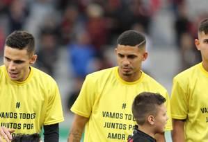 Na véspera do primeiro turno, jogadores do Atlético Paranaense entraram em campo vestindo camisa amarela, com a inscrição
