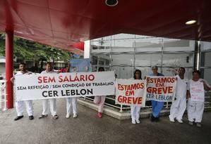 Funcionários do CER Leblon fazem manifestação na porta da unidade Foto: Pablo Jacob / Agência o Globo