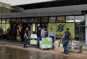 Chegada de equipamentos de escritório no CCBB Foto: Jorge William/Agência O Globo