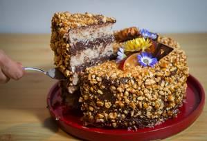 Delícia vegana. Bolo de nozes com ganache de chocolate, da confeitaria Conflor Foto: Emily Almeida / Agência O Globo