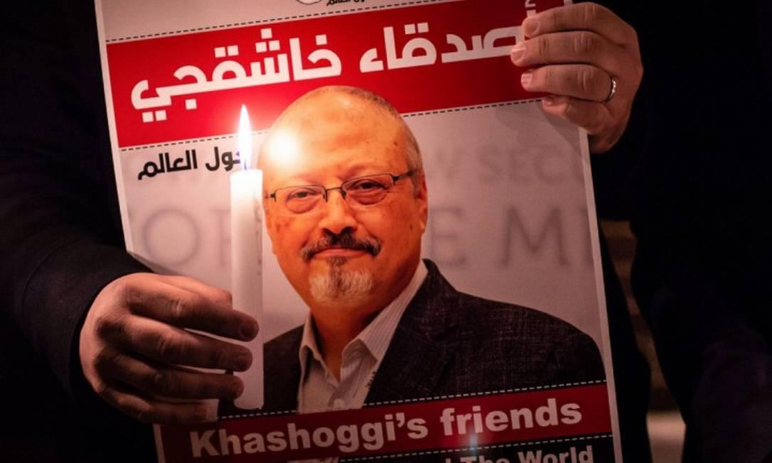 Cartaz com a foto do jornalista Jamal Khashoggi, em Istambul, na Turquia Foto: YASIN AKGUL / AFP
