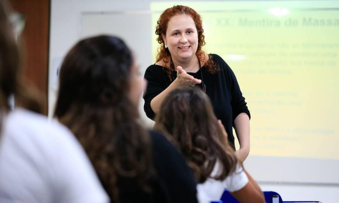 Joana Ferraz, professora da Escola Nova, durante aula de História sobre fake news Foto: Roberto Moreyra