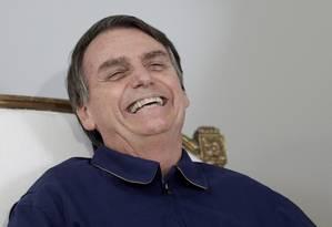 O candidato à Presidência da República, Jair Bolsonaro (PSL) recebe faixa preta dos lutadores Robson Gracie e Austregesilo de Athayde Foto: RICARDO MORAES / REUTERS