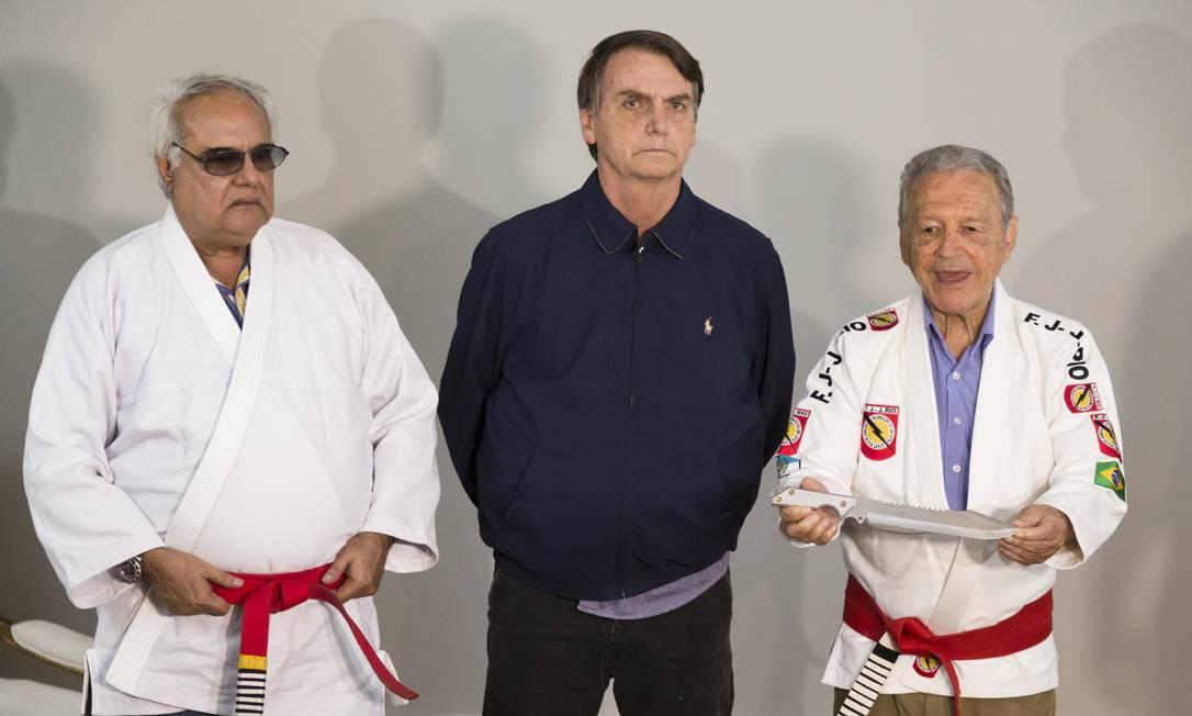 O candidato à Presidência da República, Jair Bolsonaro (PSL) recebe faixa preta dos lutadores Robson Gracie e Austregesilo de Athayde Foto: Leo Martins / Agência O Globo
