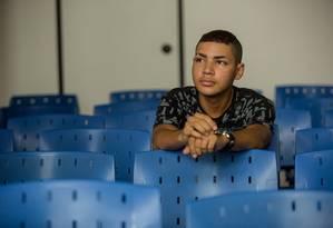 Jaílson França, de 21 anos, está à procura de emprego. Apesar de cursar o segundo período de Direito com bolsa e de ter mais anos de estudo que seus pais, enfrenta dificuldades para se inserir no mercado de trabalho Foto: Brenno Carvalho / Agência O Globo