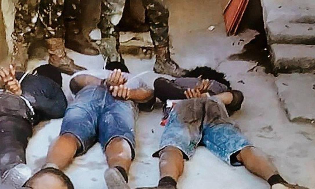 Presos durante a ação do Exército antes de chegarem à Vila Militar Foto: Reprodução
