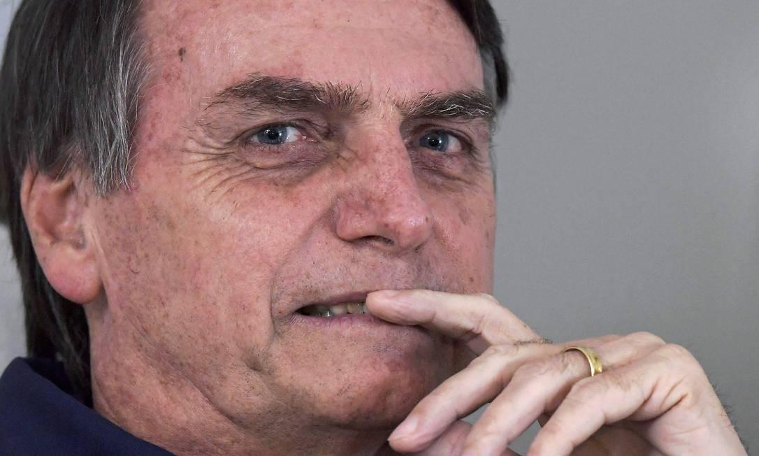 Jair Bolsonaro durante conversa com a imprensa nesta quinta-feira, 25 Foto: CARL DE SOUZA / AFP