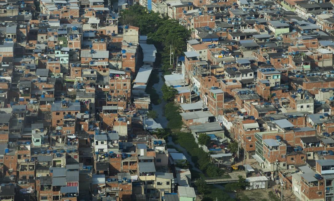 """De acordo com delegado, quitinetes de prédios ilegais são vendidos """"no osso"""" por R$ 45 mil Foto: Gabriel Monteiro / Agência O Globo"""
