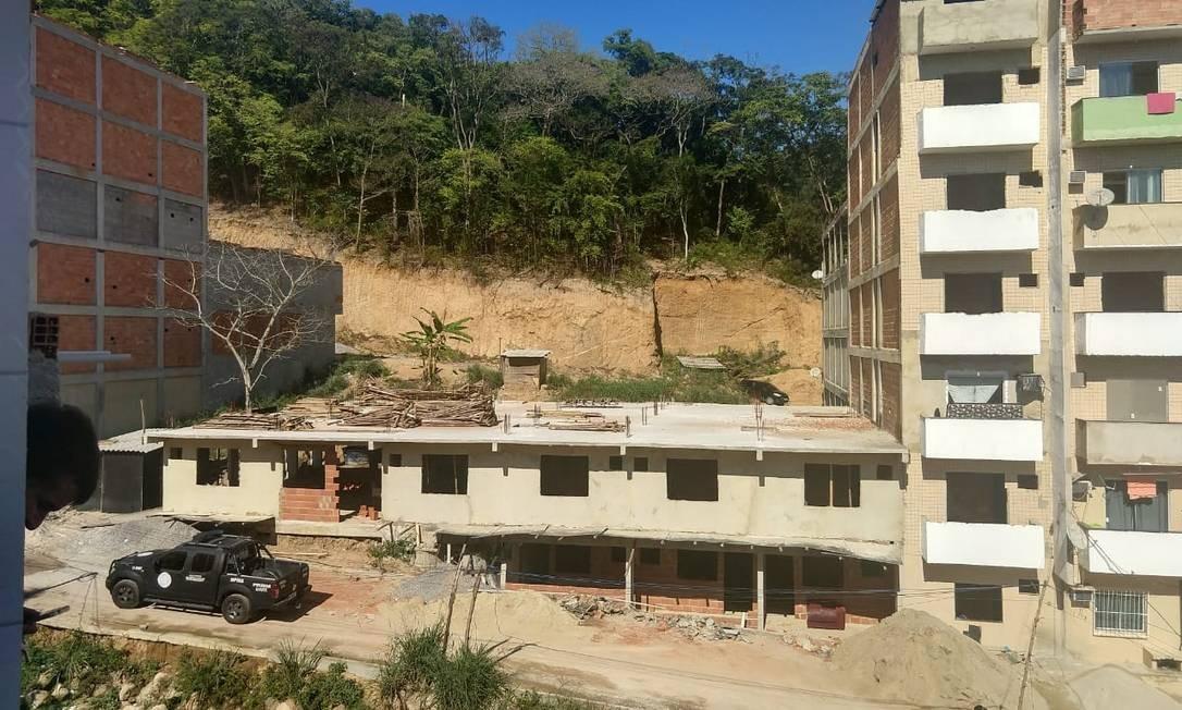 Construção irregular flagrada durante uma operação policial na favela Foto: Divulgação / DPMA