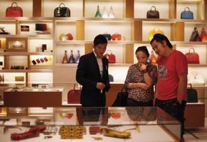 Casal observa os produtos em uma loja da Louis Vuitton durante a 4ª Noite de Moda da Vogue Foto: Reuters