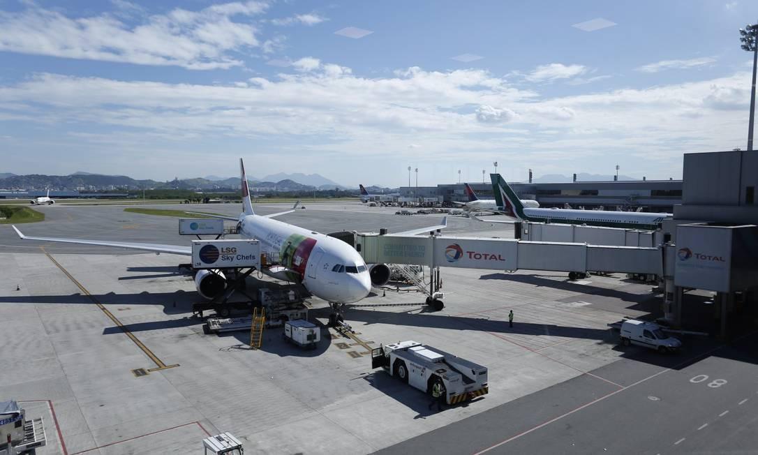 Área de embarque do aeroporto internacional do Rio de Janeiro (Galeão) Foto: Marcelo Carnaval / Agência O Globo