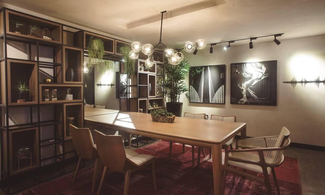 Integrado. A sala de jantar criada por Selma Antunes e Natália Antoine tem uma estante-floreira que conecta o ambiente com a natureza Foto: Divulgação/Vinícius Figueiredo