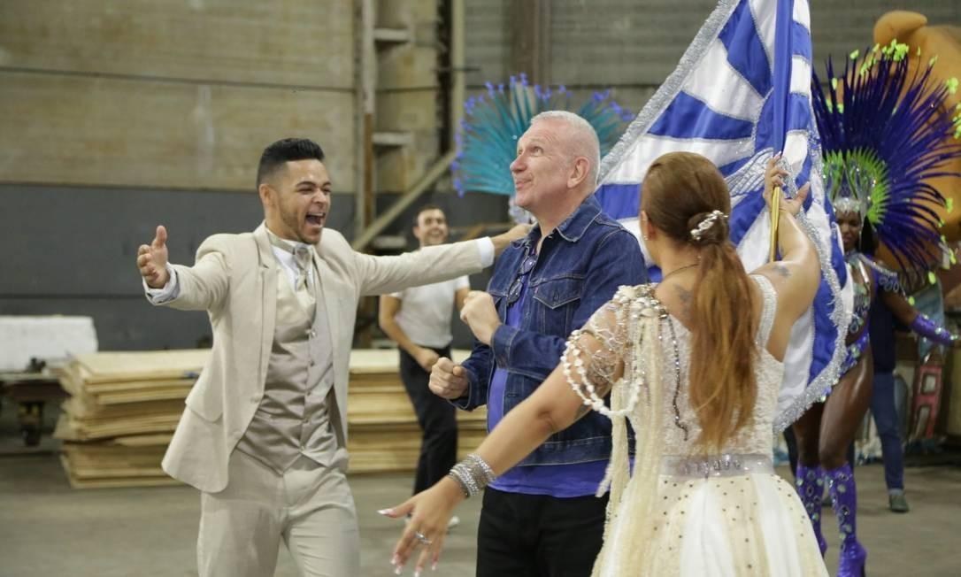 Gaultier também se divertiu com o casal de mestre-sala e a porta-bandeira Foto: Divulgação
