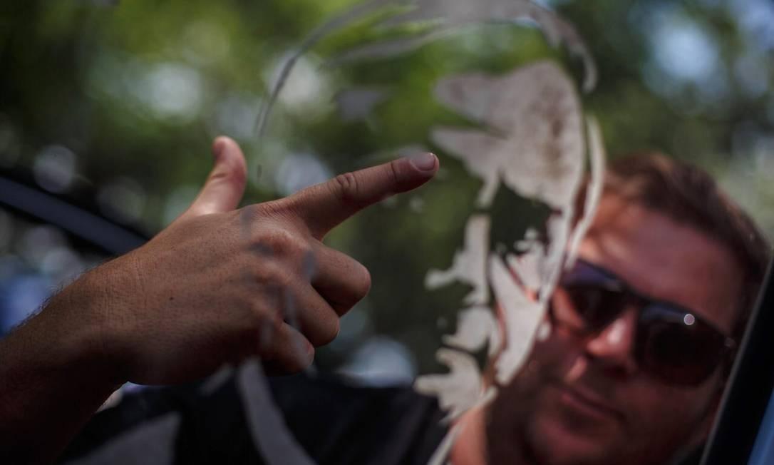 """É inquestionável que este momento marcará nossa história, mas qual será o retrato das eleições 2018? No pleito em que a rejeição é comparável às intenções de voto, poderá ser a dos cartazes exibindo """"não"""". É possível que nos remeta a estampas camufladas para lembrar que, durante a disputa, o golpe foi chamado pelo presidente do STF de """"movimento"""" e parlamentar afirmou que bastam um soldado e um cabo para fechar o tribunal. Pode ser que seja o das mãos que, de um lado, remetem a armas e, de outro, fazem referência a um líder preso. O resultado definirá qual imagem ficará. Torçamos para que o povo, que em uns palanques foi lembrado na reta final por ter sido até então esquecido e em outros ameaçado, tenha força para resistir e não ser meros figurantes da foto. Daniel Marenco / Agência O Globo"""