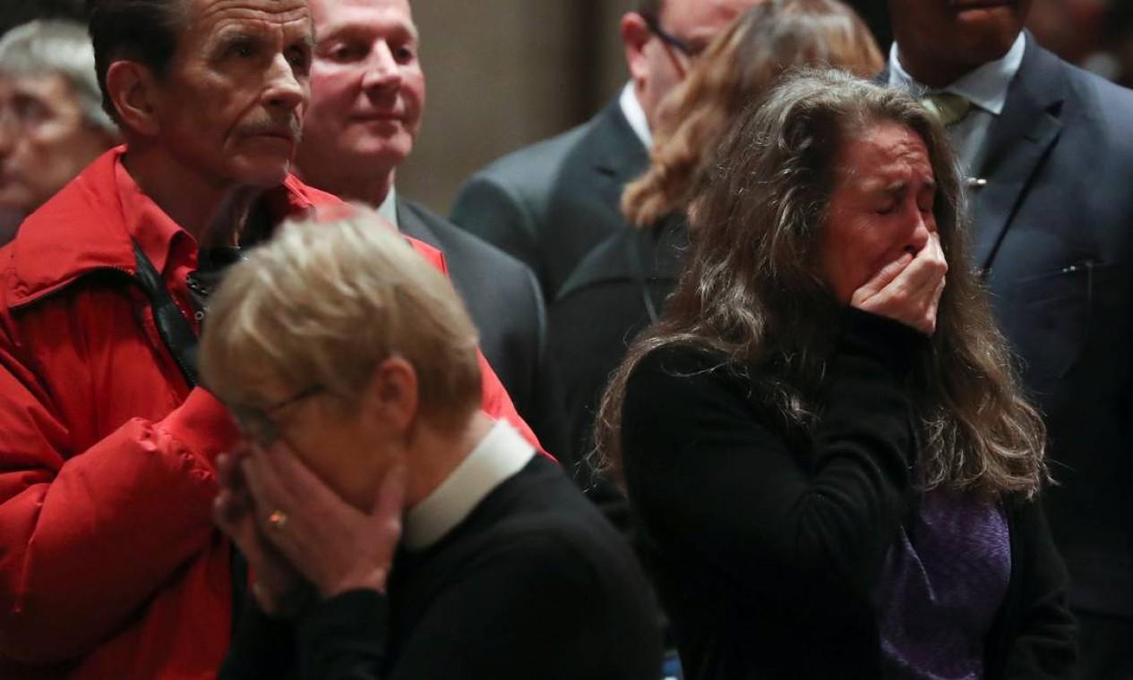 Pessoas que assistiram à celebração na catedral, nesta sexta-feira, choraram ao lembrar do crime bárbaro Foto: JONATHAN ERNST / REUTERS