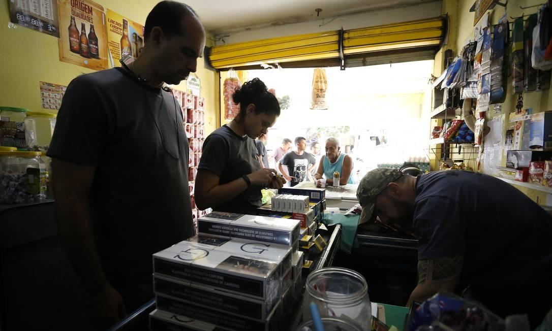 RI Rio de Janeiro (RJ) 04/10/2018 Cigarro ilegal invade o comércio no Rio de Janeiro, na foto Policiais Civis fazem uma operação e apreendem os cigarros em um bar no Terreirão. Foto Pablo Jacob / Agencia O Globo Foto: Pablo Jacob / Agência O Globo