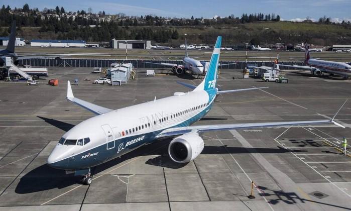 b69d3d620f Um exemplar da família Boeing 737 MAX 7 taxiando no aeroporto Boeing Field  em Seattle