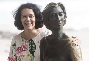 Teresa Montero ao lado da estátua de Clarice Lispector, no Leme. Foto: Daniel Ramalho / Divulgação