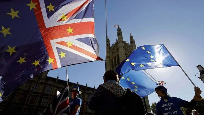 Em Londres, protestam contra o Brexit, um tema que dividiu a população britânica Foto: Tolga Akmen / AFP