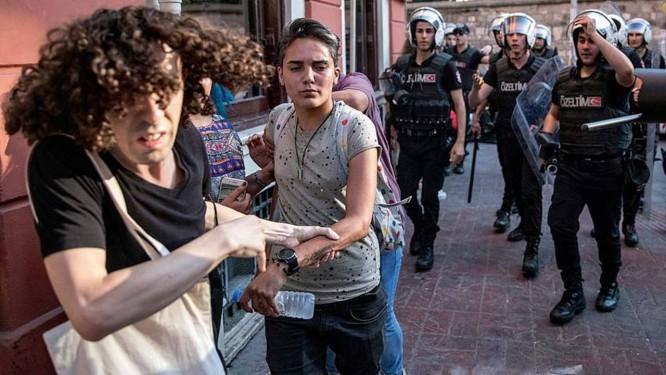 Ativistas fogem da polícia durante a parada LGBT realizada em Istambul em julho. O evento foi proibido pelo governo turco pelo quarto ano seguido Foto: Chris Mcgrath / Getty Images