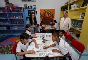 Prática. À esquerda, Bento, outros alunos e educadoras da Escola Mosaico Foto: Marcio Alves / Márcio Alves